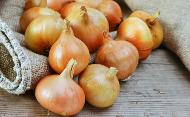 Govt cuts down minimum export price of onions by 43%