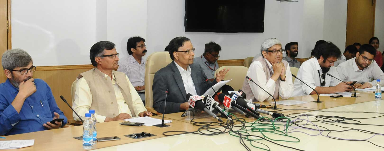 Reduction in import duty on gold needed to cut gold smuggling, Niti